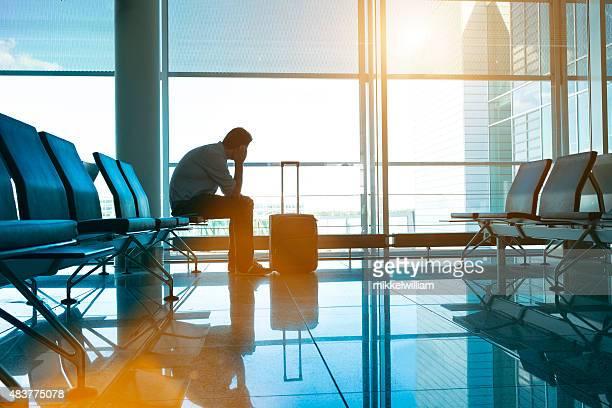 See Lonesome Passagier befindet sich in leere Flughafen wartet auf seinen Flug