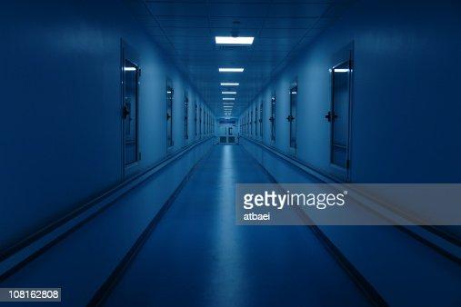 Lungo corridoio di ospedale e scuro