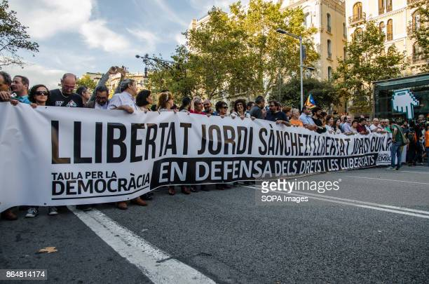 A long banner calls for the release of the two detained sovereigntists members About 450000 people have been focused to support the Government and...