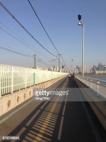 Long bridge and clear sky : Foto de stock