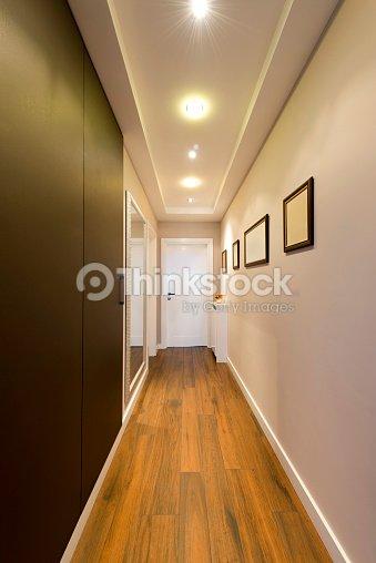 Long Couloir Dans Un Appartement De Luxe Photo | Thinkstock