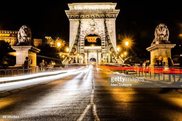 長時間車の光跡と夜景のセーチェーニ鎖橋