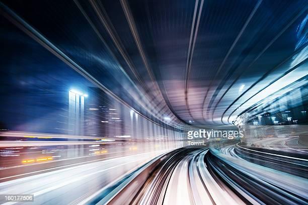 Longue exposition vitesse grâce à l'éclairage en train de banlieue