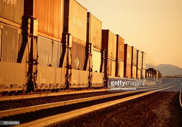 Lange Güterzug mit Containern