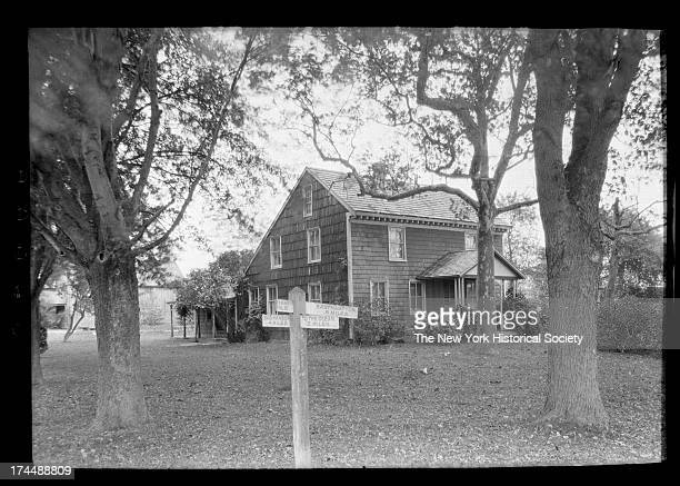 Saltbox house photos et images de collection getty images for Saltbox house additions