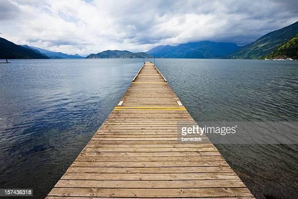 Long Pontão no lago de Montanha