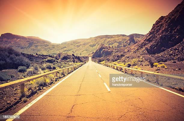 Long road nel deserto al tramonto
