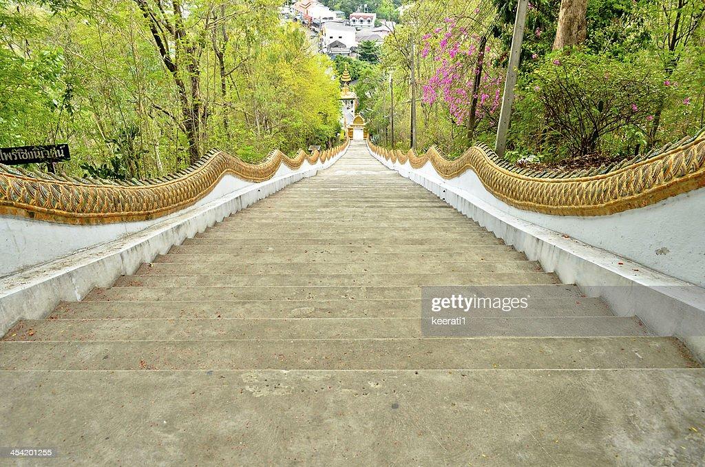 Longas escadas de Buda Estátua na Tailândia. : Foto de stock