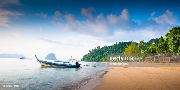 Langboot liegt in der wunderschönen Strand