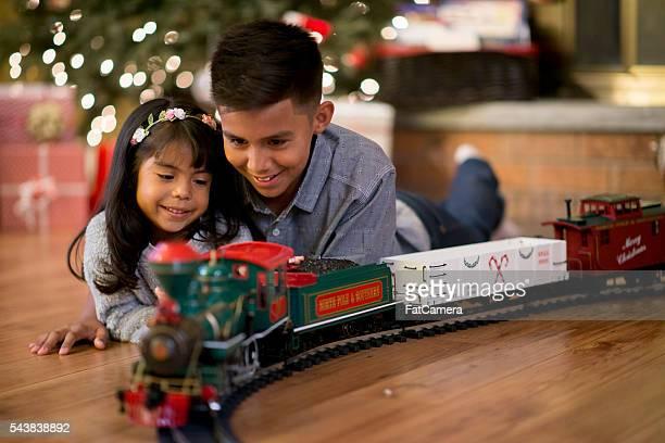 Schaut an einem Weihnachts-Zug