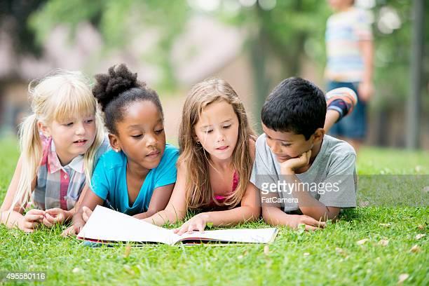 Guardando una foto di un libro nel parco