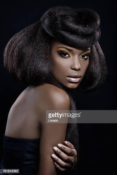Blick in die Kamera schwarzen sexy Frau
