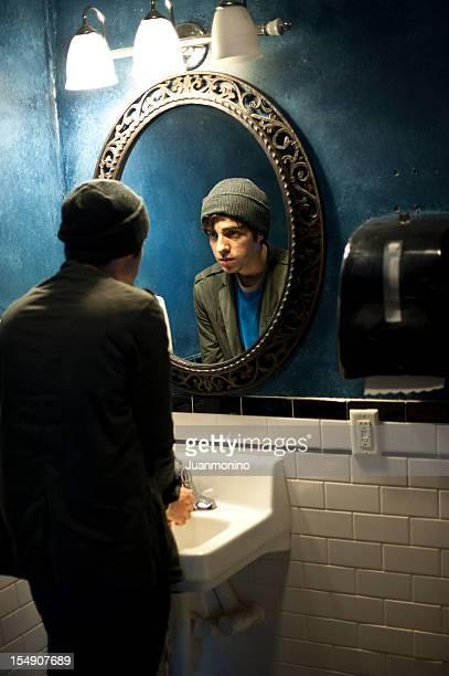 Olhar para si próprio no espelho