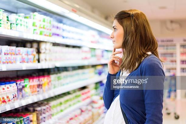 Guardando al supermercato scaffali
