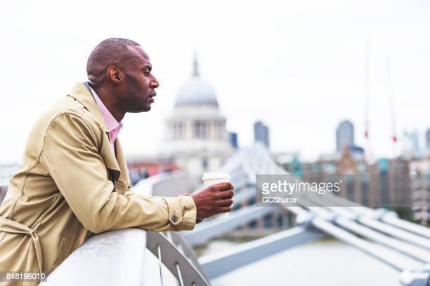 En regardant la Tamise de l'apex du pont du Millénaire