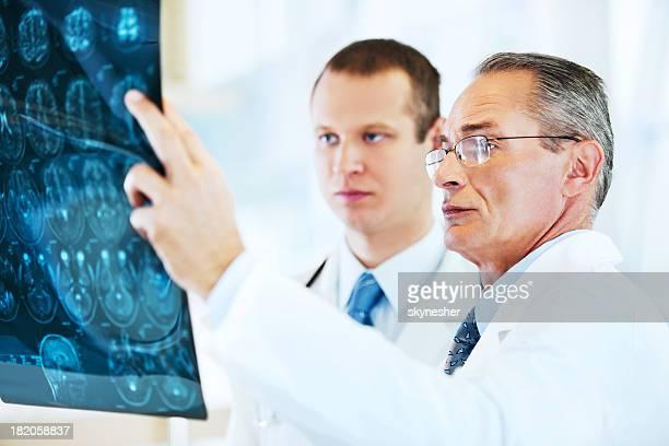 脳の MRI ています。