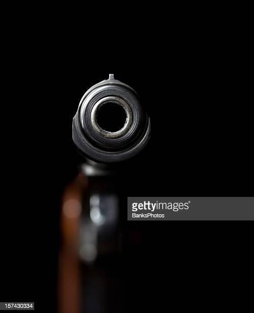Blick nach unten eine Pistole Holzfass auf Schwarz