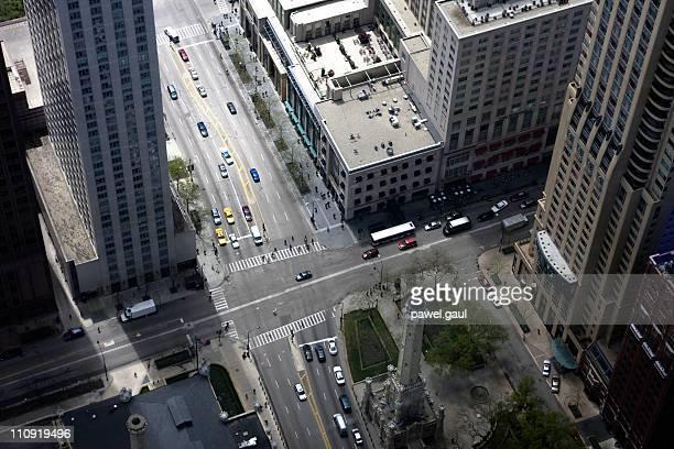 Regardant vers le bas sur le centre-ville de l'Intersection avec voitures