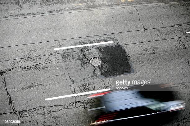 Blick nach unten in Motion Blur Auto auf der Straße