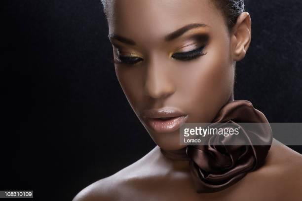 Bella donna guardando giù nero