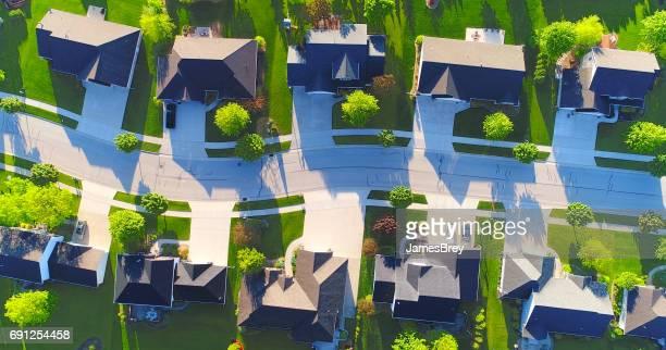 Regardant vers le bas sur les belles maisons de banlieue, vue aérienne de printemps.