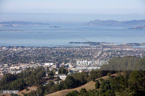 Vista de Berkeley A un lejos del puente Golden Gate