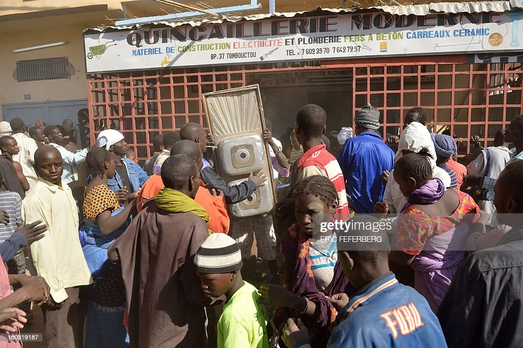 Looters make off with a kitchen sink in the streets of Timbuktu on January 29, 2013. Hundreds of Malians looted stores in Timbuktu on Tuesday, saying the shops belonged to 'Arabs' and 'terrorists' linked to the radical Islamists who occupied the desert town for 10 months.