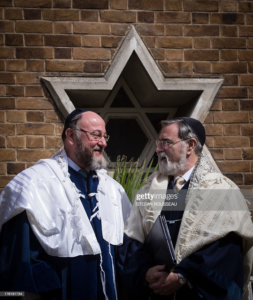 Lord Jonathan Sacks (R) speaks with his successor Chief Rabbi Ephraim Mirvis (L) before he was formally inducted as 11th Chief Rabbi of the United Hebrew Congregations of the UK and the Commonwealth at a ceremony at the St John's Wood Synagogue in north London on Spetember 1, 2013. AFP Photo / POOL / STEFAN