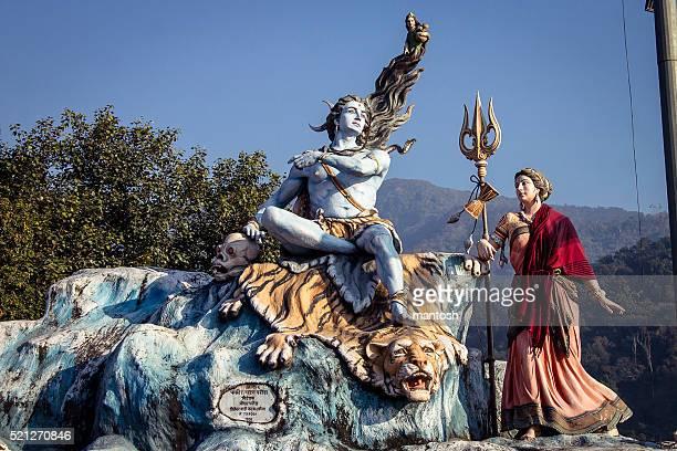 Shiva et la statue de la déesse de Parvati à Rishikesh.