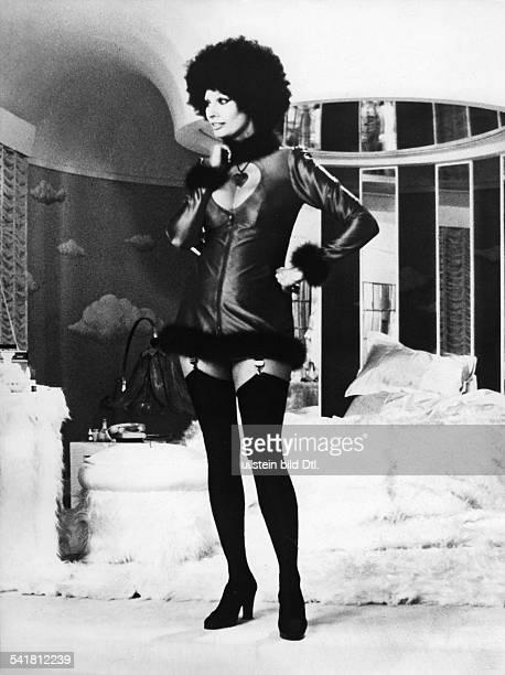 Loren Sophia * Schauspielerin Italien Ganzkoerperaufnahme in der Rolle der 'Pupa' in dem Film 'Die Puppe des Gangsters' Regie Giorgio Capitani...