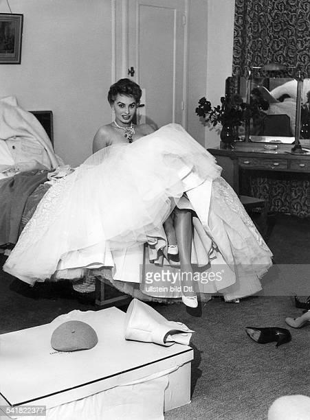 Loren Sophia * Schauspielerin Italien in einem Hotelzimmer waehrend der Filmfestspiele in Cannes posiert in ihrem Abendkleid von Emilio Schuberth...