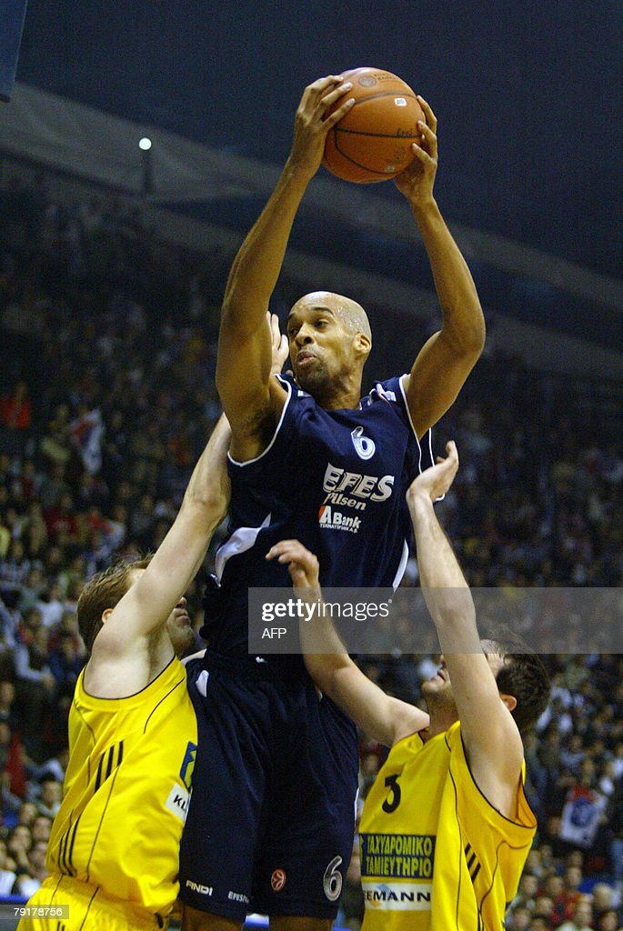 Loren Woods (C) of Efes Pilsen Istanbul tries to score against Aris TT Bank as Aris' players try to block him during their Euroleague Group B basketball match at the Abdi Ipekci Sport Hall in Istanbul, 23 January 2008. AFP PHOTO/Sezayi ERKEN