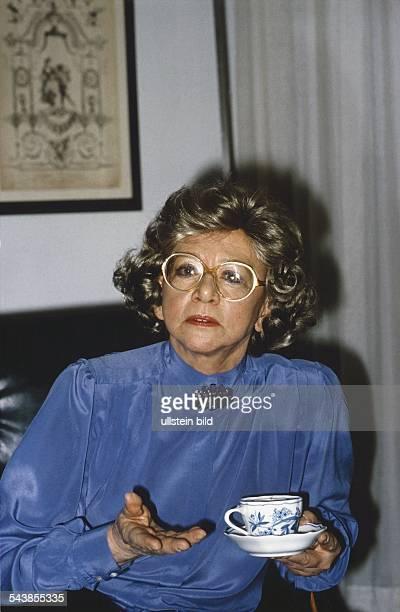 Lorentz Lore *Kabarettistin D mit einer Tasse in der Hand Sie traegt eine grosse Brosche an ihrer Bluse undatiert