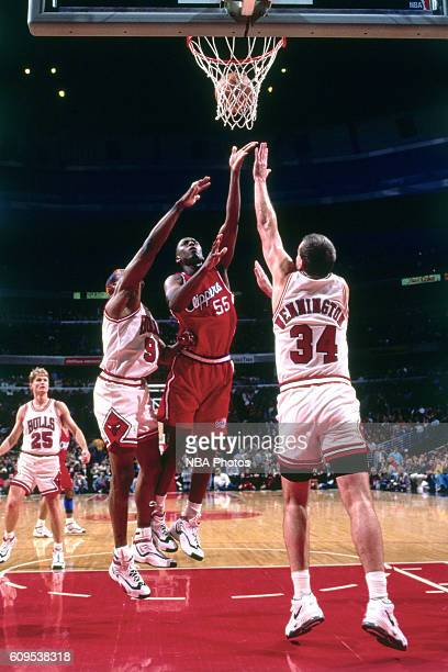 Lorenzen Wright of the Los Angeles Clippers goes to the basket against Bill Wennington of the Chicago Bulls on November 25 1996 at the Los Angeles...