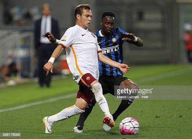 Lorenzo Di Livio of AS Roma competes for the ball with Bright Gyamfi of FC Internazionale during the juvenile playoff match between FC Internazionale...