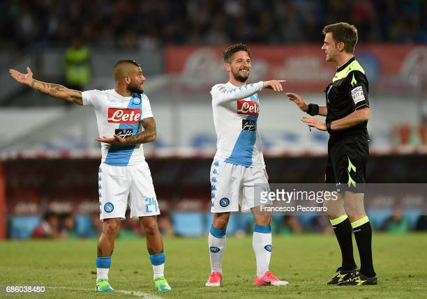 Lorenzo Insigne and Dries Mertens of SSC Napoli with the referee Nicola Rizzoli during the Serie A match between SSC Napoli and ACF Fiorentina at...