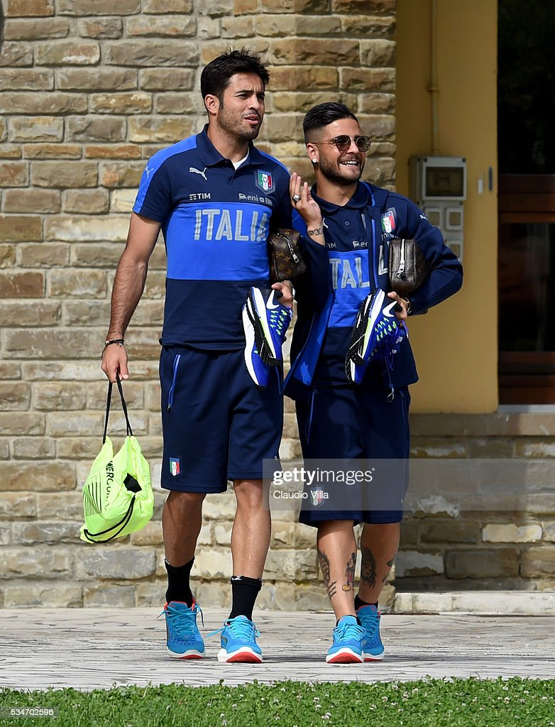 <a gi-track='captionPersonalityLinkClicked' href=/galleries/search?phrase=Lorenzo+Insigne&family=editorial&specificpeople=7486481 ng-click='$event.stopPropagation()'>Lorenzo Insigne</a> (R) and Eder of Italy chat prior to the Italy training session at the club's training ground at Coverciano on May 27, 2016 in Florence, Italy.