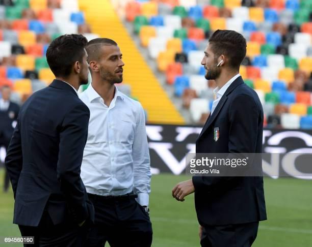 Lorenzo Pellegrini Leonardo Spinazzola and Roberto Gagliardini of Italy chat during Italy walk around at Stadio Friuli on June 10 2017 in Udine Italy