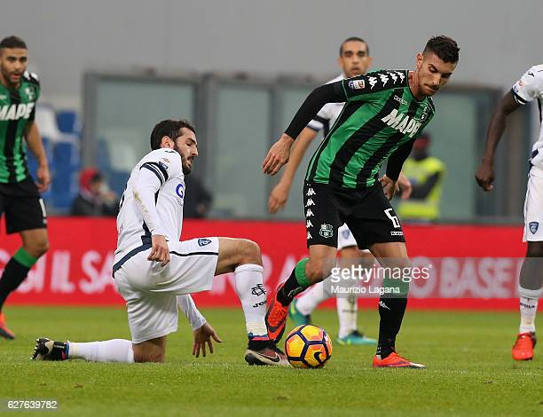 Lorenzo Pellegrini of Sassuolo competes for the ball with Riccardo Saponara of Empoli during the Serie A match between US Sassuolo and Empoli FC at...