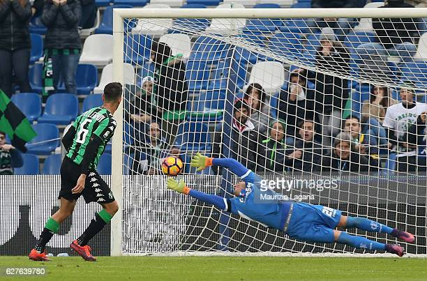 Lorenzo Pellegrini of Sassuolo scores his team's opening goal with penalty during the Serie A match between US Sassuolo and Empoli FC at Mapei...