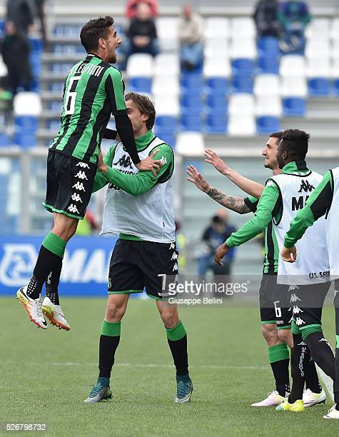 Lorenzo Pellegrini of US Sassuolo Calcio celebrates after scoring the opening goal during the Serie A match between US Sassuolo Calcio and Hellas...