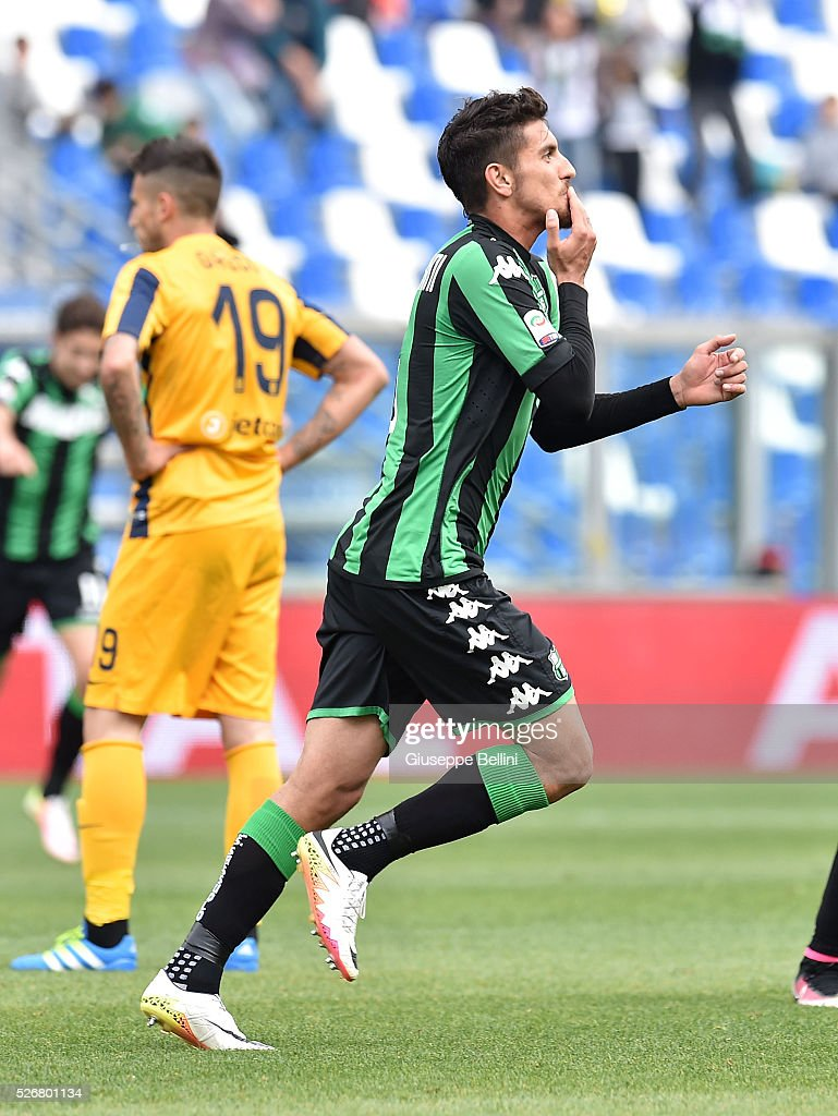 Lorenzo Pellegrini of US Sassuolo Calcio celebrates after scoring the opening goal during the Serie A match between US Sassuolo Calcio and Hellas Verona FC at Mapei Stadium - Citt���� del Tricolore on May 1, 2016 in Reggio nell'Emilia, Italy