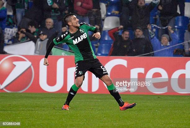 Lorenzo Pellegrini of US Sassuolo Calcio scores his team's second goal during the UEFA Europa League match between US Sassuolo Calcio and SK Rapid...
