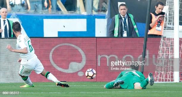 Lorenzo Pellegrini of US Sassuolo Calcio scores the opening goal during the Serie A match between Atalanta BC and US Sassuolo at Stadio Atleti...