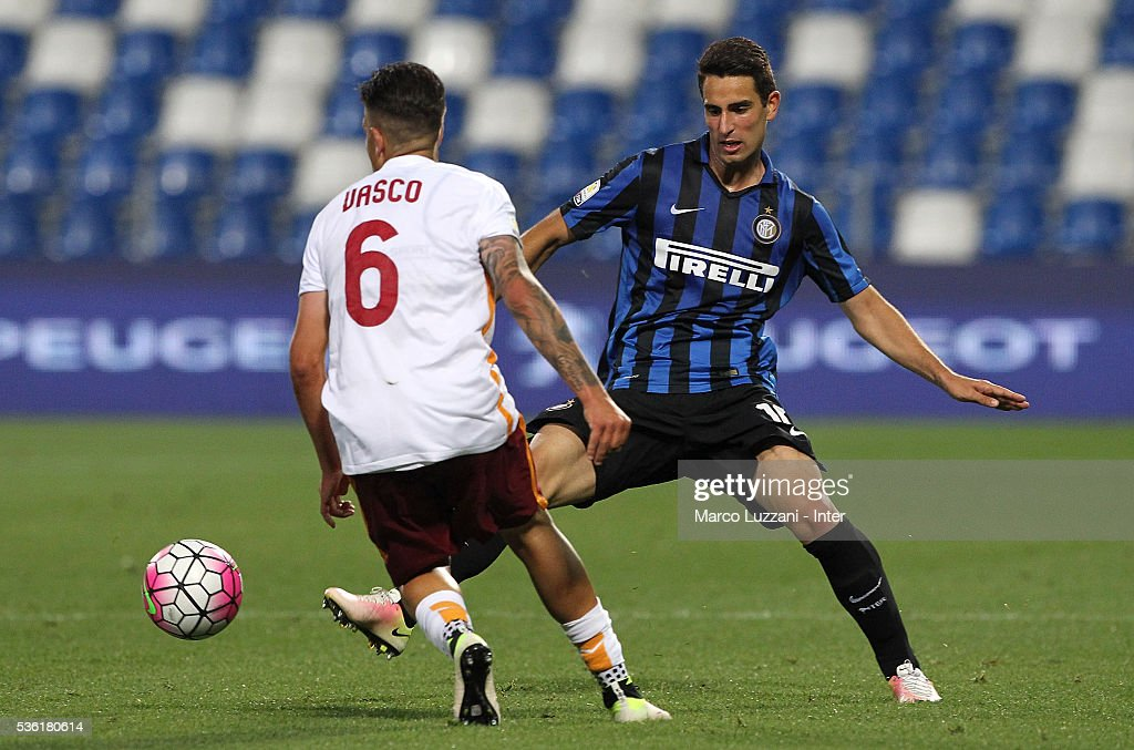 Lorenzo Vasco (L) of AS Roma competes for the ball with Enrico De Micheli (R) of FC Internazionale during the juvenile playoff match between FC Internazionale and AS Roma at Mapei Stadium - Citta' del Tricolore on March 31, 2016 in Reggio nell'Emilia, Italy.