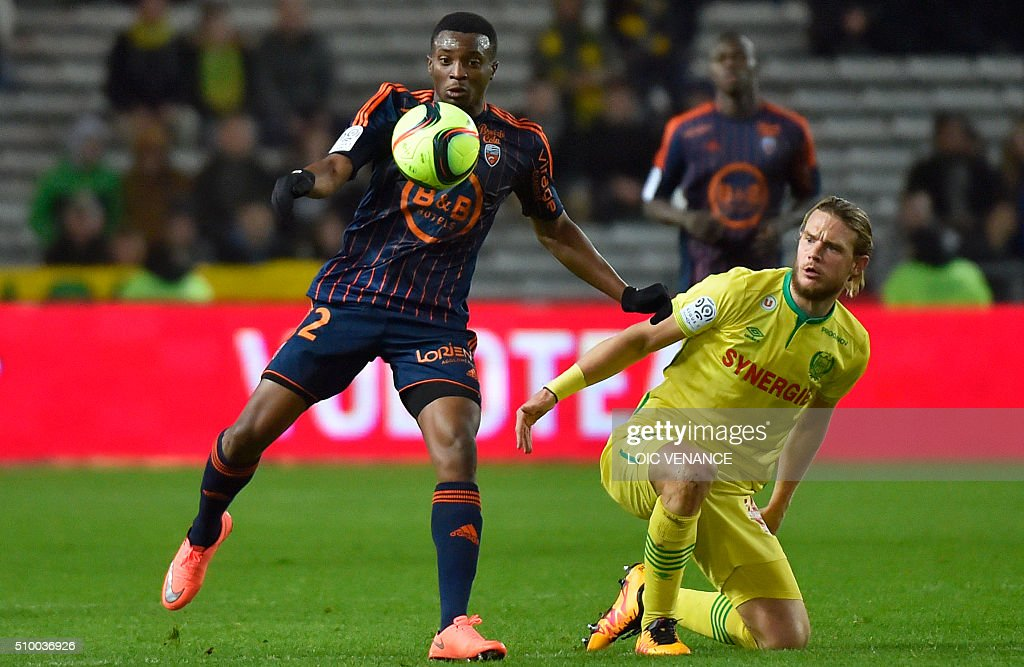 Lorient's Cameroonian forward Benjamin Moukandjo (L) vies for the ball with Nantes' Belgian midfielder Guillaume Gillet during the French L1 football match between Nantes (FCN) and Lorient (FCL) at La Beaujoire Stadium in Nantes, western France, on February 13, 2016. AFP PHOTO / LOIC VENANCE / AFP / LOIC VENANCE