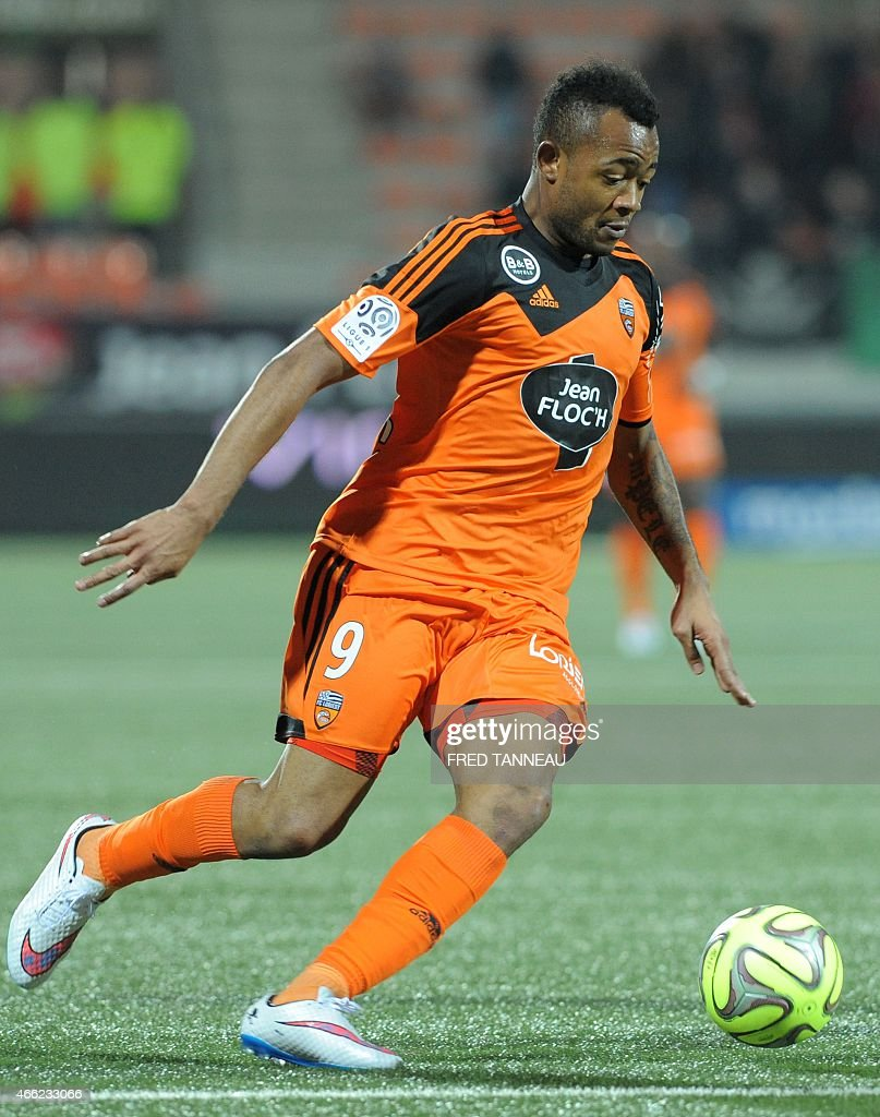 Lorient's forward Jordan Ayew controls the ball during the French L1 football match Lorient versus Caen on March 14 2015 at the Moustoir stadium in...