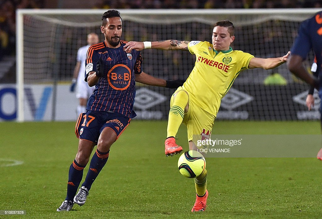 Lorient's French Algerian midfielder Walid Mesloub (L) vies for the ball with Nantes' Argentinian forward Emiliano Sala during the French L1 football match between Nantes (FCN) and Lorient (FCL) at La Beaujoire Stadium in Nantes, western France, on February 13, 2016. AFP PHOTO / LOIC VENANCE / AFP / LOIC VENANCE