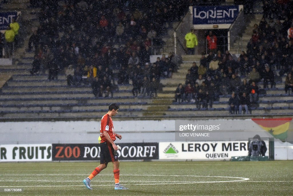 Lorient's French defender Francois Bellugou leaves the field after receiving a red card during the French L1 football match between Lorient and Montpellier on February 6, 2016 at the Moustoir stadium in Lorient, western France. AFP PHOTO / LOIC VENANCE / AFP / LOIC VENANCE