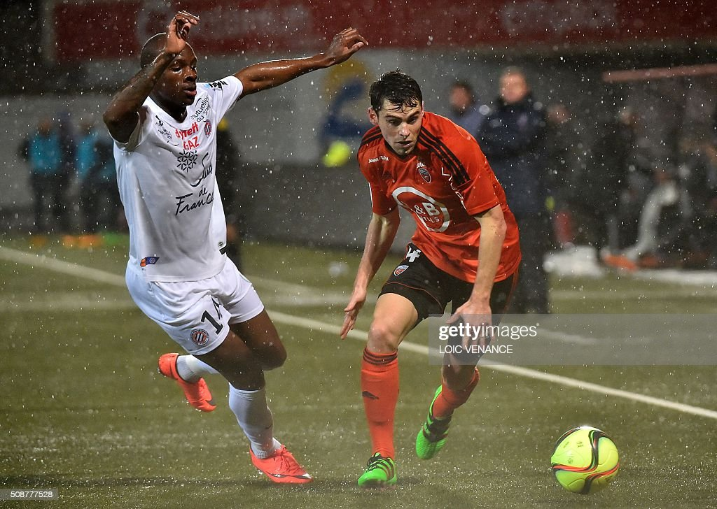 Lorient's French defender Vincent Le Goff (R) vies with Montpellier's French midfielder Bryan Dabo during the French L1 football match between Lorient and Montpellier on February 6, 2016 at the Moustoir stadium in Lorient, western France. AFP PHOTO / LOIC VENANCE / AFP / LOIC VENANCE